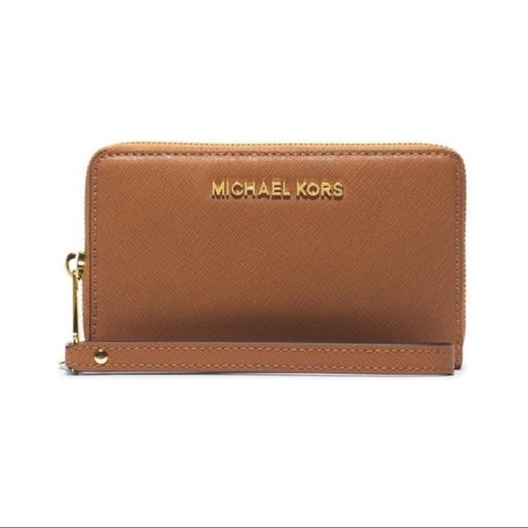 7389576b2813 Nwt mk Multifunction Large Phone Wristlet Wallet